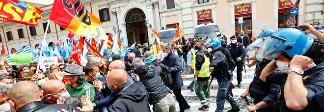 Alitalia, lavoratori protestano in piazza Venezia a Roma: attimi di tensione e spintoni