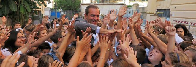 Scuola Napoli, l'ultimo in bocca al lupo di de Magistris agli studenti: «Sono commosso, mi mancherete»