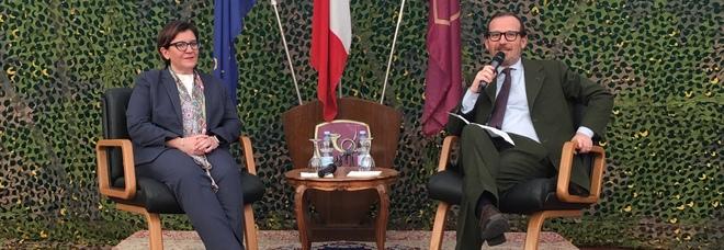 Il ministro Trenta con il direttore del Mattino Monga