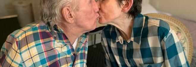 Una coppia sposata da 60 anni si ritrova dopo 215 giorni, dopo essere stata separata dalla pandemia - VIDEO