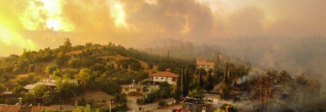 Incendi Turchia, 6 morti: resort sfiorati, turisti in fuga dall'Egeo al Mediterraneo