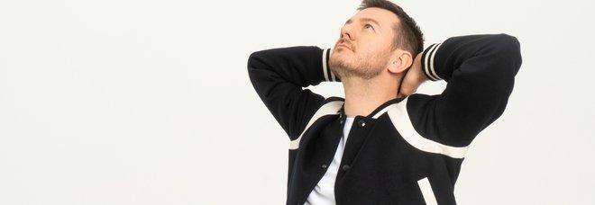 """Alessandro Cattelan in cerca della felicità. Su Netflix la docu-serie """"Una semplice domanda"""""""