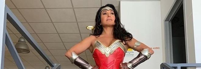 Barbara D'Urso diventa Wonder Woman nel nuovo promo di