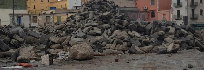 Basoli vesuviani ammassati nel cantiere di piazza Mercato