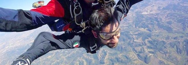 Dal mitra al paracadute,  Tofalo «rende omaggio» all'Arma