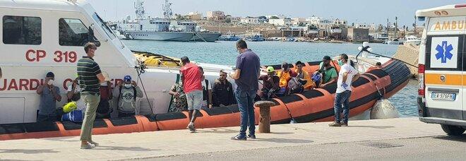 Migranti, decine di migliaia pronti a partire dalla Libia. Draghi chiederà all'Ue di finanziare Tripoli