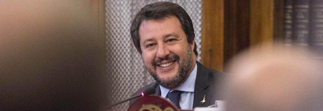 Salvini, le donne e il pupazzetto di Zorro: il libro delle polemiche scatena l'ironia social