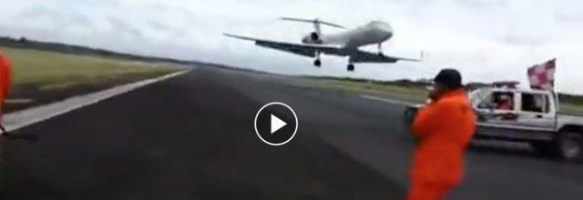 L'aereo atterra mentre gli operai lavorano sulla pista: il video choc