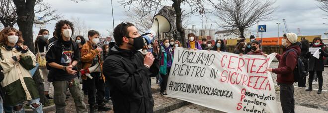 Studenti in piazza a Napoli: «Siamo ignorati dalle istituzioni. Vogliamo tornare in aula per costruire il nostro futuro»