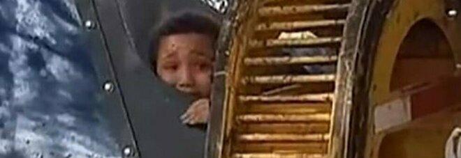 Un bambino si nasconde per gioco in un cassonetto della spazzatura e per poco non viene tritato dal camion della nettezza urbana