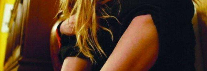 Controlla il telefonino della figlia di 13 anni e scopre foto hard: una condanna dopo la denuncia