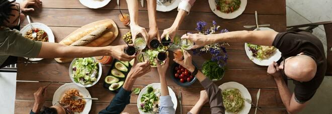 Covid, feste con gli amici e cene a casa: quali sono le regole?