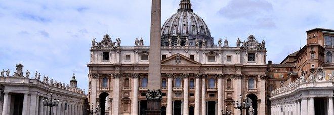 San Pietro riapre a tutti i fedeli, lunedì sì alle messe ma con le mascherine