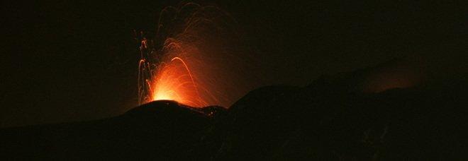 Il vulcano Etna è attivo, le immagini di ieri sera: «Detonazioni impressionanti». FOTO E VIDEO