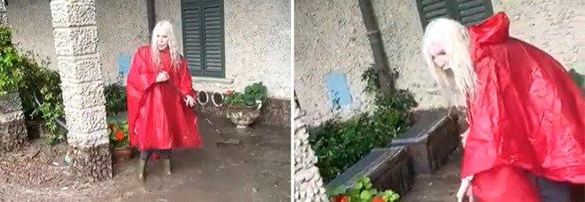 Anche Ivana Spagna lotta con il fango a Como: «È pazzesco, ovunque fango e distruzione, mai vista una cosa del genere»