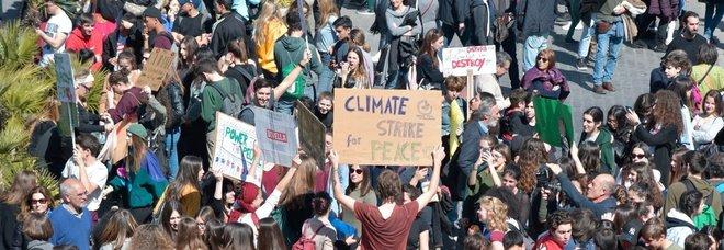 Clima, studenti in piazza in 123 paesi e 2.000 città Diretta. Raggi contestata a Roma: «Vattene»