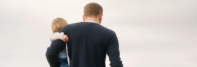 Via con l'amante, lascia quattro figli il giudice: «Non è più madre»