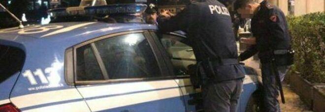 Bandito armato di pistola preso a bastonate e messo in fuga dalla titolare di un negozio