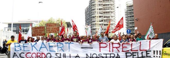 Il presidio dei lavoratori Bekaert davanti alla Pirelli
