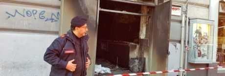 Napoli, sbucano dalle fogne e fanno esplodere bomba nel bar
