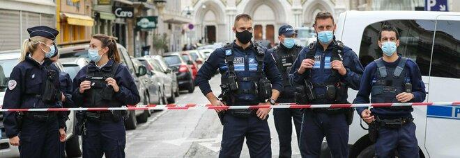 Nizza, attentato a Notre-Dame: tre morti, una donna quasi decapitata. La Francia riattiva lo stato d'emergenza attentati