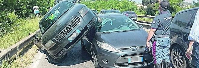 Incidente a Benevento, l'auto sale sull'altra: una donna ferita e traffico impazzito
