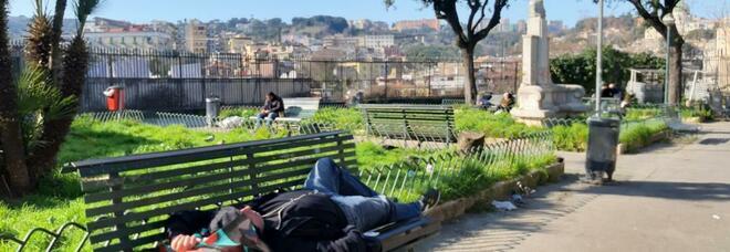 Napoli, sesso in pieno giorno nei giardini dell'emiciclo di Capodimonte