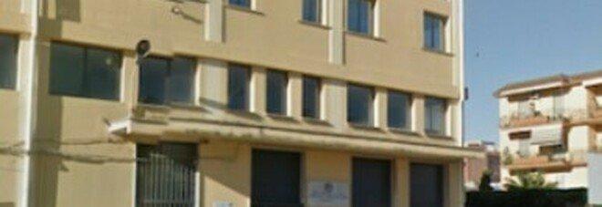 Bidella morta cadendo mentre puliva i vetri, preside interrogata sulle misure di sicurezza