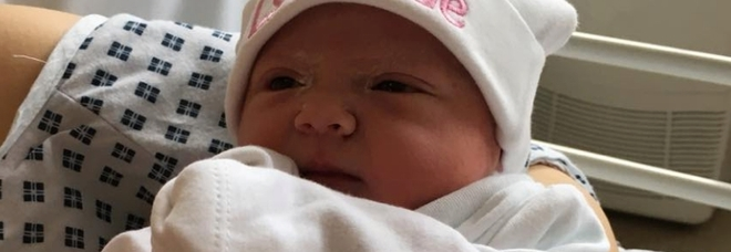 Neonata muore tra le braccia del compagno della madre. «Forse soffocata per errore»