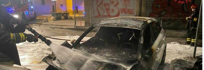 Tre auto in fiamme nella notte: caccia al piromane del raid vandalico che ha terrorizzato due zone della città