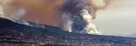 Il Vesuvio ostaggio dei roghi, indagati due dirigenti regionali