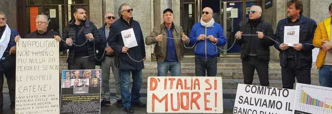 Manifestanti in catene a via Toledo