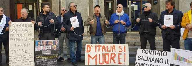 Manifestanti in catene a via Toledo