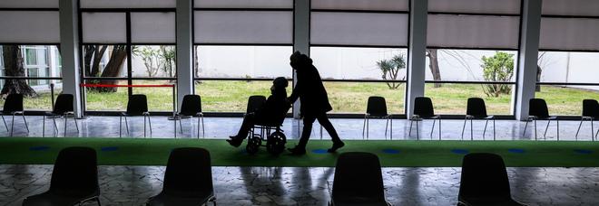 Caos vaccini alla Mostra d'Oltremare di Napoli, caccia ai finti disabili: 100 nomi nel mirino