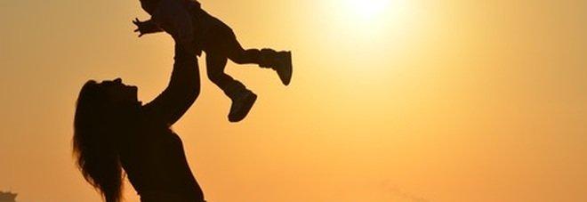 Mille euro al mese (per 8 anni) per fare la mamma: «Dal quarto figlio in poi diventa un vitalizio»