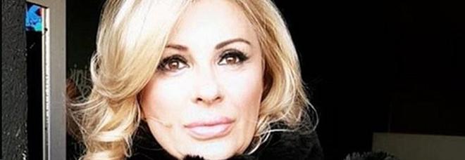 Uomini e donne, Tina Cipollari contro Angela Di Iorio: «Arrampicatrice sociale in cerca di un uomo bancomat»