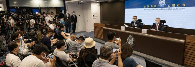Hong Kong, arrestato ex caporedattore del quotidiano Apple Daily: è il nono dipendente del tabloid a finire in manette