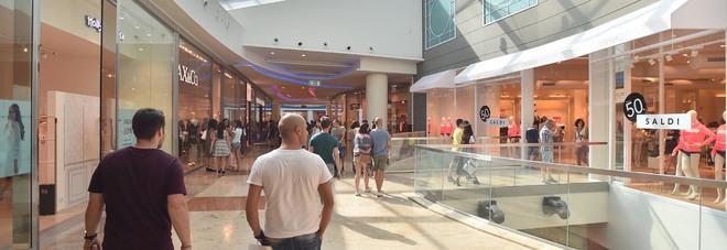 Rubano maglioni al Centro commerciale Campania: presi | Il Mattino