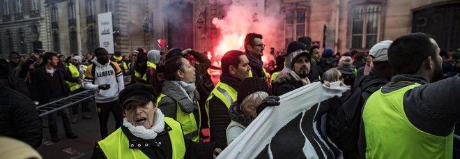 """Francia paralizzata dai """"giubbini gialli"""": traffico in tilt e un morto per il """"caro-carburanti"""""""