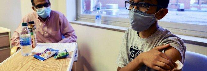 Vaccino Covid, Abhinav (12 anni) è il volontario più piccolo del mondo a sottoporsi al test: «Così aiuto il mondo»