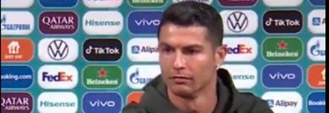 Cristiano Ronaldo sposta la Coca Cola: «Dovete bere acqua». E sui social è bufera VIDEO