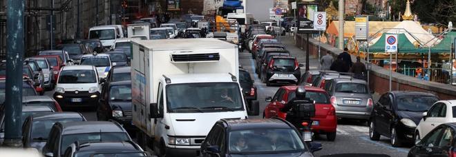 Napoli, caos traffico e lavori al palo ma il sindaco se ne va in Calabria