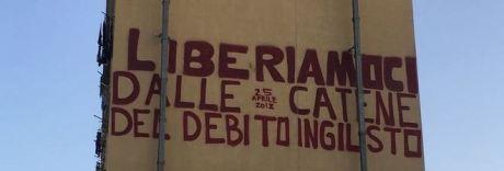 «Vi faremo un murales», ma l'artista dipinge lo slogan sul debito ingiusto