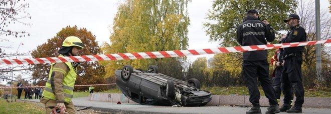 Oslo, ambulanza sulla folla: 5 feriti. Uomo e donna arrestati, legami «con l'estrema destra»
