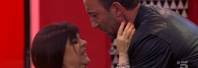 Grande Fratello, Stefania Pezzopane entra nella casa «Guido la sfida delle piccolette, Simone ti amo»