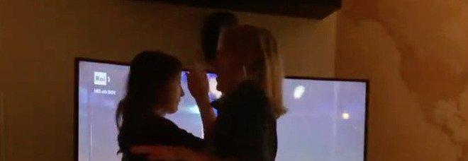 Sanremo 2021. Manuela Moreno, balli sfrenati in casa durante l'esibizione di Colapesce Dimartino
