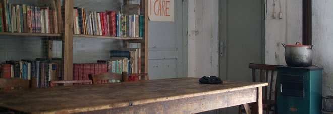 La scuola di Barbiana con la scritta