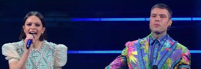 Fedez e Francesca Michielin si esibiscono all'Ariston. Il regalo inaspettato di Amadeus spiazza tutti: «È per voi»