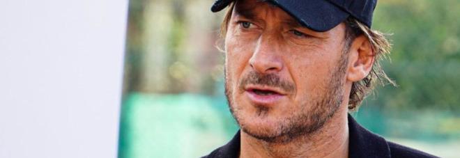 Francesco Totti commosso a Verissimo: «Ho passato dei giorni non bellissimi, ho perso mio padre». Sivia Toffanin commossa