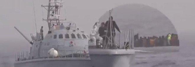 Migranti, la video-denuncia di Sea Watch: «Picchiati dalla guardia costiera libica e costretti a rientrare»